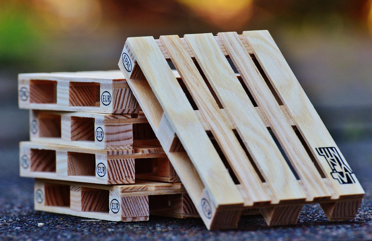 Plastové palety: Ich najväčšie výhody oproti dreveným paletám